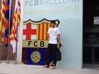 Neymar posta primeira foto ao lado do brasão do Barcelona