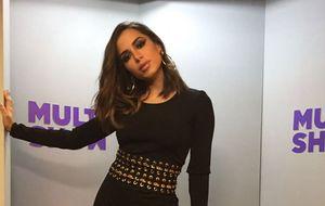 Anitta vai de transparência ao pretinho básico no Música Boa Ao Vivo