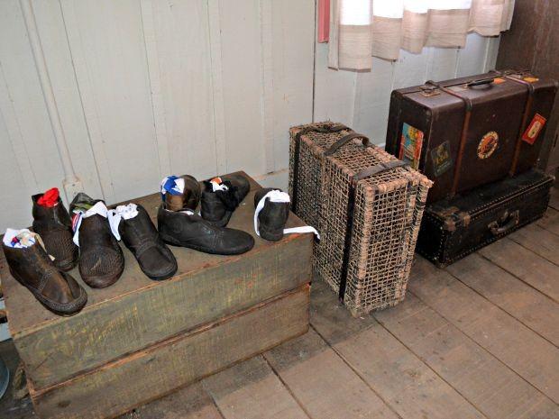 Objetos antigos, usados durante gravação de minissérie foram mantidos no local (Foto: Quésia Melo/G1)