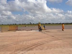 Trabalhadores fazem últimos ajustes nas pistas (Foto: Thaís Pucci/G1)
