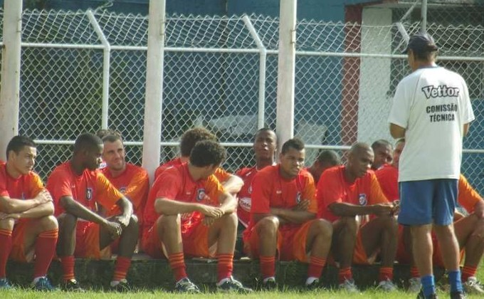 Gerson Andreotti conversa com elenco do Friburguense (Foto: Vinícius Gastins/ASCOM)