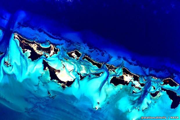 8.Durante seu tempo na estação ele pôde fotografar várias locações geográficas como esta, sobre as Bahamas (Foto: Scott Kelly/Nasa)