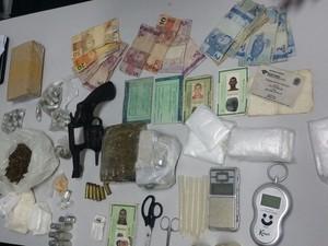 Arma, dinheiro e outros materiais foram apreendidos pela polícia (Foto: Divulgação/PC)