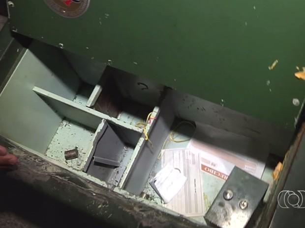 Ladrões furtam R$ 650 mil em casa de condomínio de luxo, diz família