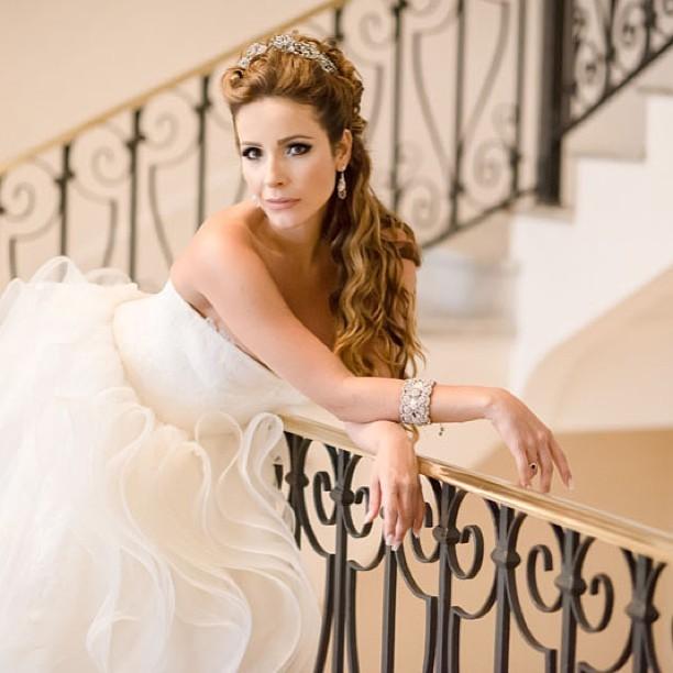 Renata Dominguez divulga sua primeira foto vestida de noiva