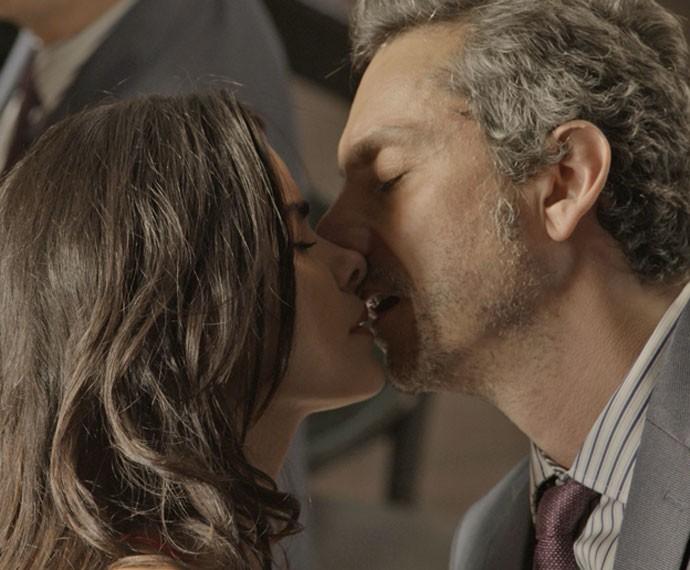 Romero beija Tóia (Foto: TV Globo)