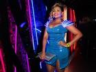 Gaby Amarantos usa vestido com led para ir à festa de Marcos Mion