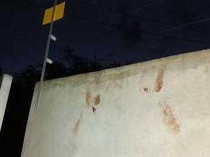 Pegadas de sangue foram encontradas no muro e dentro da casa onde o crime aconteceu  (Foto: Alana Adrielle / Hora da Verdade)