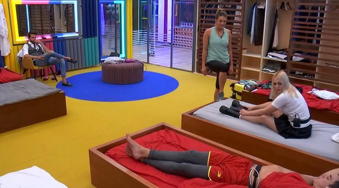 Alyson pergunta a Manoel se Antônio estava com ele no BBB (Foto: TeleCinco)