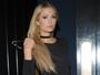 Paris Hilton usa vestido vazado e deixa dúvidas sobre uso de lingerie