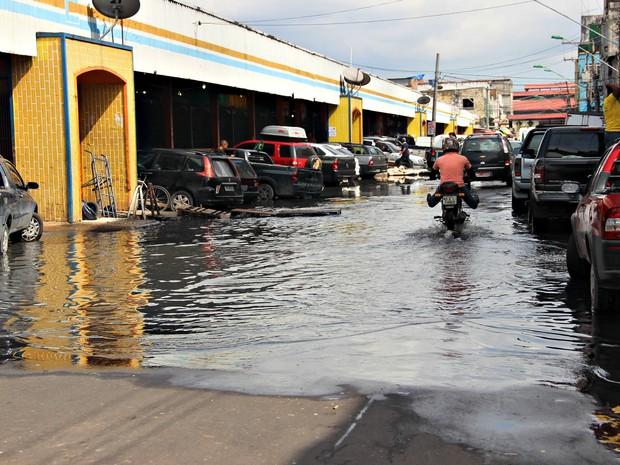 Rua Barão de São Domingos é segunda via afetada pela cheia do Rio Negro no Centro da capital (Foto: Adneison Severiano/G1 AM)