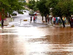 Rio Boa Esperança transbordou e interditou a Rua 7 de Setembro no Centro de Boa Esperança do Sul (Foto: Ely Venâncio/EPTV)