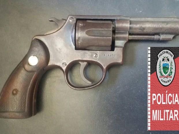 Suspeito de estupro também foi flagrado com uma arma, segundo PM (Foto: Tenente Gláucio / Polícia Militar)