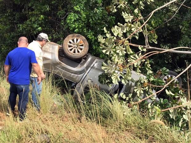 Os dois ocupantes da caminhonete não ficaram feridos no acidente (Foto: Walter Paparazzo/G1)
