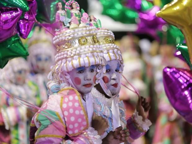 Campeã do Carnaval 2016, escola de samba Mangueira desfila na avenida (Foto: Rodrigo Gorosito/G1)