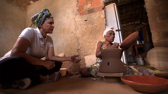 Chefe de cozinha Tereza Paim bate um papo com a ceramista Dona Cadu (Foto: TV Bahia)