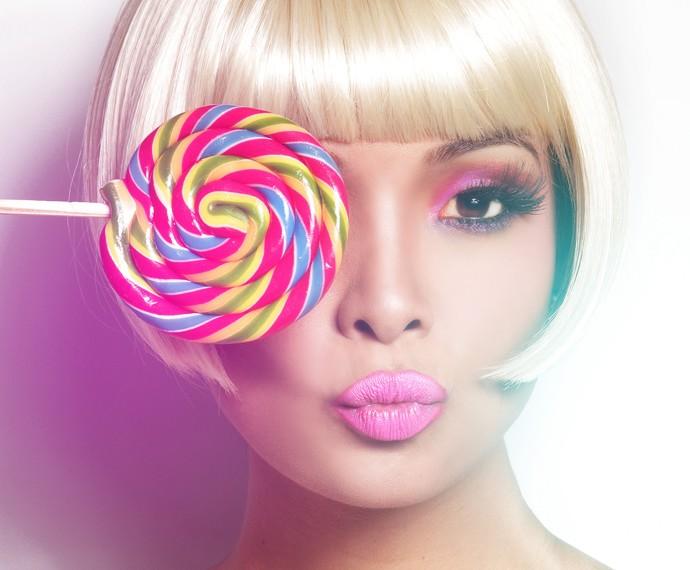 Carol Nakamura brinca com pirulito colorido em foto (Foto: Ita Mazzutti)