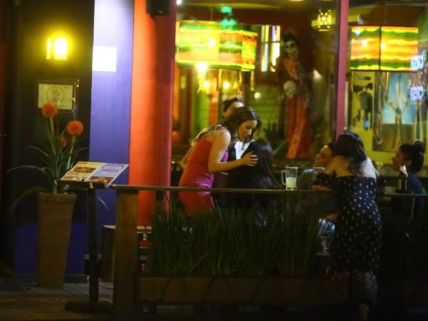 Renata Dominguez com amigas em restaurante na Zona Oeste do Rio (Foto: Ag. News)