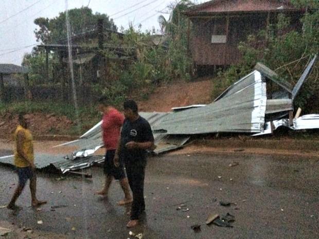 Vento causou estragos em Brasileia, Epitaciolândia e Cobija (Foto: Carlos Portela/Arquivo Pessoal)