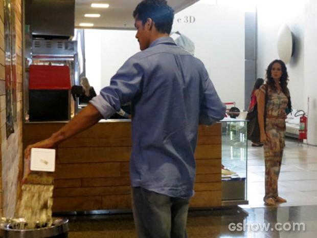Jairo se irrita com Juliana e joga a pipoca no lixo (Foto: Em Família / TV Globo)