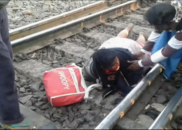 Uma mulher na região de Bengala Ocidental, na Índia, escapou apenas com escoriações leves após ser atingida por um trem de carga que a derrubou nos trilhos quando ela tentou atravessar (Foto: BBC)