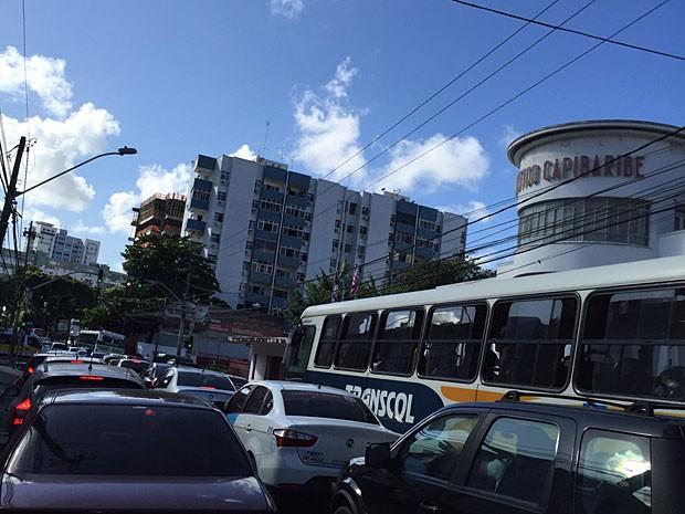 Trânsito é intenso na Avenida Rosa e Silva, nesta quarta (Foto: Roberta Rêgo / G1)