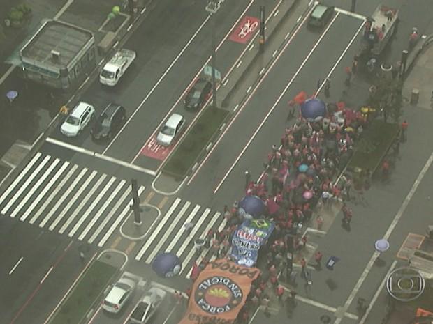 Parte dos manifestantes da Paulista ocupam duas faixas da via na manhã desta sexta-feira (6) (Foto: Reprodução/TV Globo)