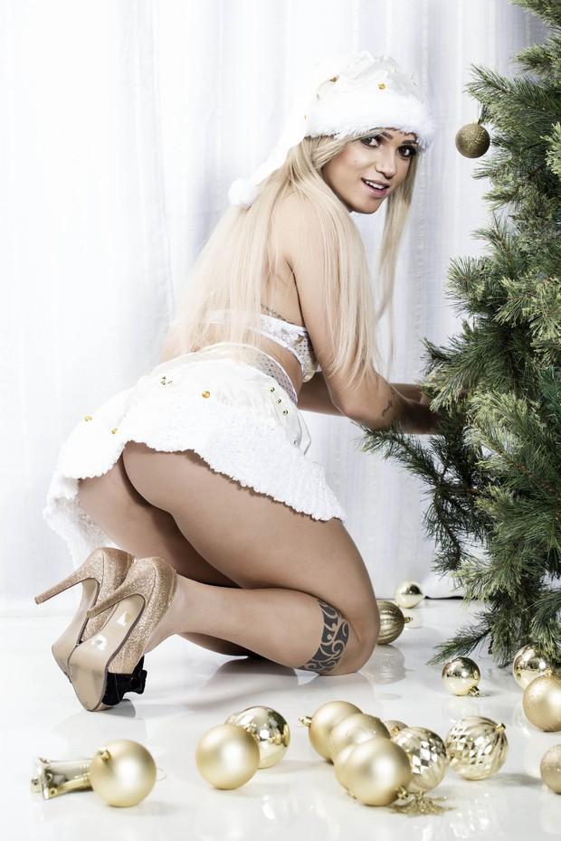 Camila Gomes, a Vice Miss Bumbum 2015, posa sexy como Mamãe Noel (Foto: Marcos Mello / Divulgação )