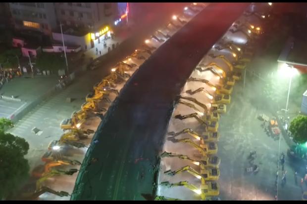 Escavadeiras na China (Foto: Reprodução/Youtube)