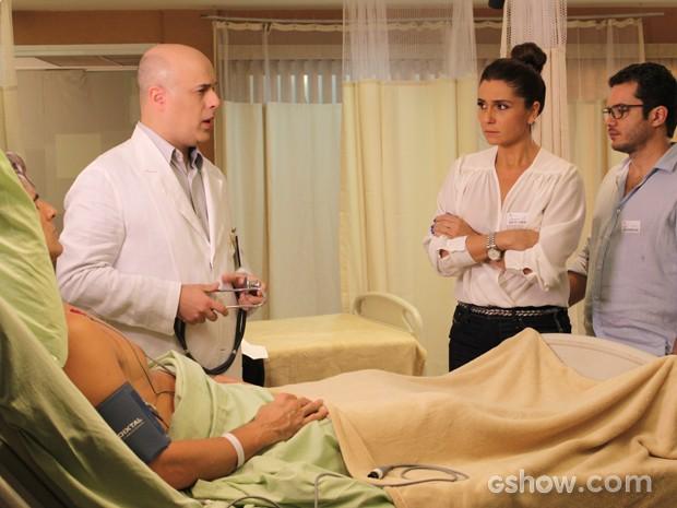 Clara fica preocupada com o estado de saúde do marido (Foto: Em Família/TV Globo)