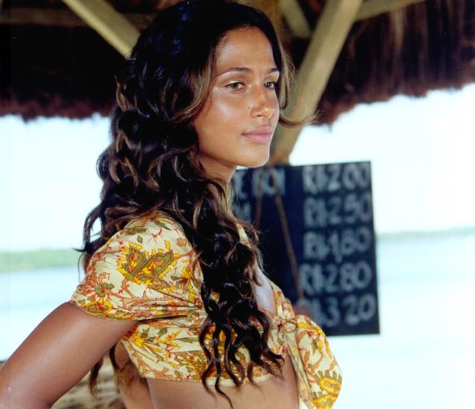 Esmeralda, papel de Camila Pitanga, cresceu amando Guma, mas adorava receber elogios de outros homens (Foto: CEDOC / TV Globo)