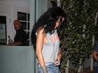 Rihanna usa look despojado, sem sutiã, para ir jantar sozinha