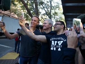 Tim Cook também tirou selfies com os clientes de loja da Apple no lançamento do iPhone 6 (Foto: Justin Sullivan/AFP)