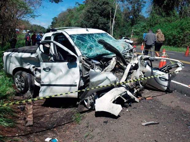 Colisão frontal matou duas pessoas nesta quarta-feira na BR-153 (Foto: Divulgação/PRF)