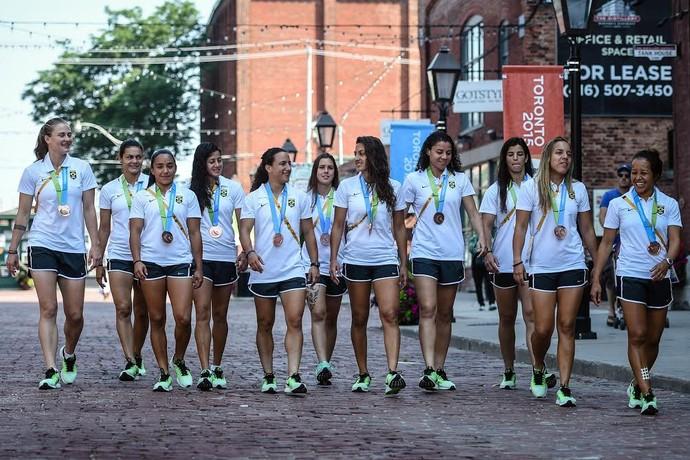 Meninas da seleção de rugby comemoram o bronze com um passeio por Toronto (Foto: Gaspar Nóbrega/Inovafoto)