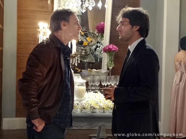 Plínio dá o papo e coloca Fabinho em seu devido lugar (Foto: Sangue Bom/TV Globo)