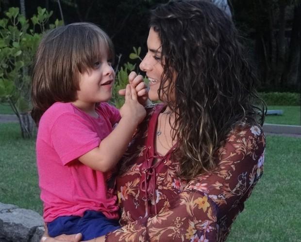 Fofo demais! Entre uma cena e outra, Priscila brinca com o pequeno Romeo (Foto: Carolina Rios/Gshow)
