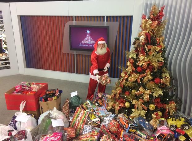 Papai Noel esteve na entrega dos donativos em Criciúma (Foto: RBS TV/Divulgação)