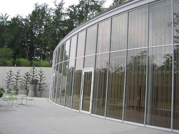 Centro de Visitantes do Brooklyn Botanical Gardens, nos Estados Unidos. O padrão de listras incorporado no vidro providencia um sinal para os pássaros de que uma barreira existe.  (Foto: (AP Photo/American BirdConservancy, Christine Sheppard))