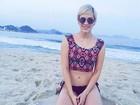 Sophia Abrahão posa de top e barriga de fora na praia