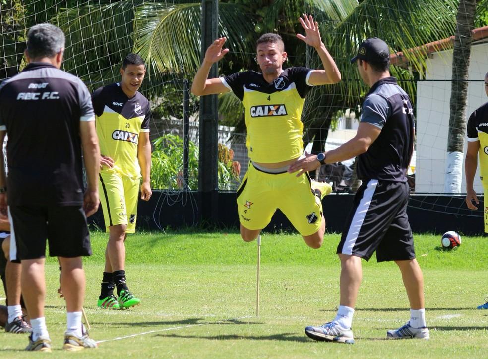 Jogadores do ABC realizaram teste físico na manhã desta sexta-feira (Foto: Andrei Torres/ABC)