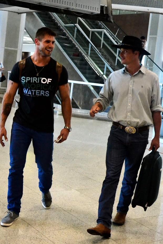 Ex-BBBs Jonas e Fael no aeroporto Santos Dumont (Foto: William Oda / AgNews)