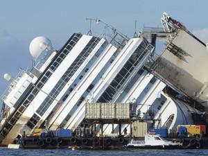 2 - Costa Concordia às 17h39 de segunda-feira (16), no horário local (Foto: Andreas Solaro/AFP)