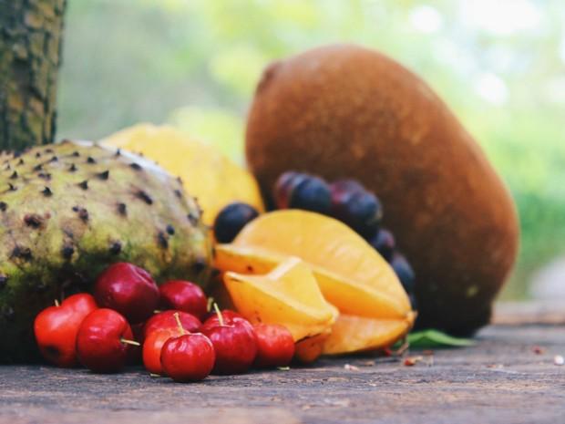 Em clique, aventureiros mostram frutas típicas do Acre (Foto: Arquivo Pessoal)