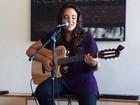 Ana Carolina solta a voz e canta na própria casa para o Mais Você