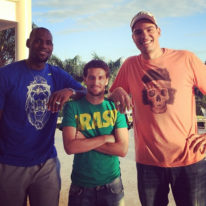Elano posa para foto com LeBron James e Anderson Varejão (Foto: Reprodução/Instagram)