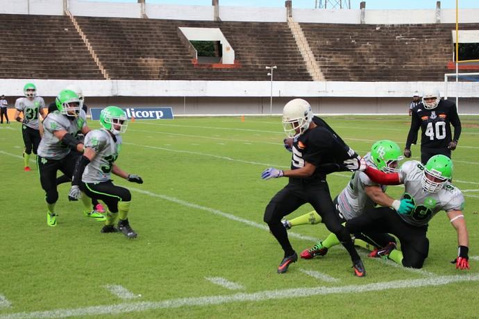 Jogador do Gravediggers tenta se livrar do tackle do adversário (Foto: Hélder Rafael)