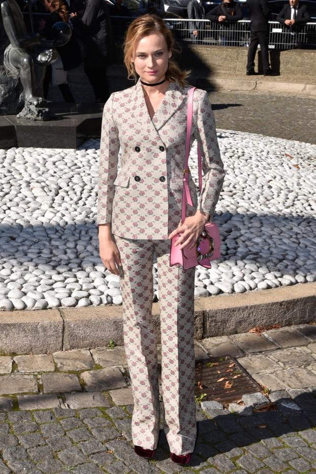 Diane Kruger usa terninho estampado em evento vip (Foto: AKM)