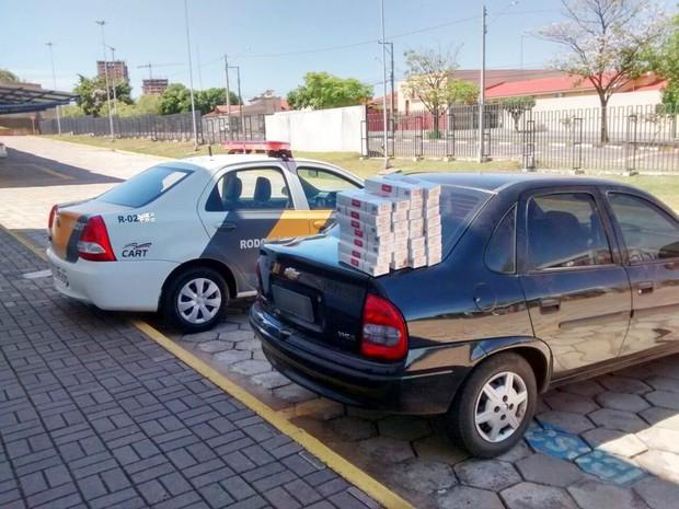 Homens alegaram que os cigarros do Paraguai haviam sido adquiridos para consumo próprio (Foto: Cedida/Polícia Militar Rodoviária)