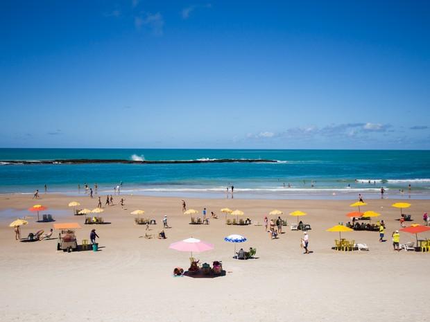 Praia do Francês tem área de mar calmo para banhitas e agitado para sufistas (Foto: Jonathan Lins / G1)